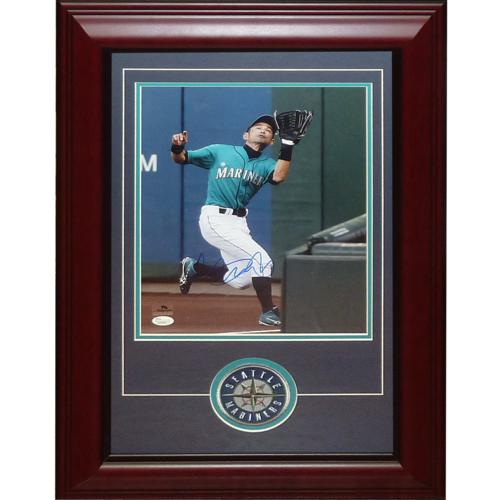 Ichiro Suzuki Autographed Seattle Mariners (Fielding) Deluxe Framed 11x14 Photo with Patch - JSA